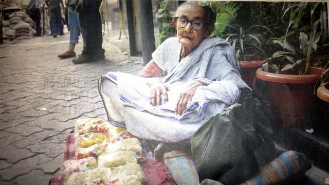 #Shila Ghosh, an 83-year-old #woman lives in #Pali in West #Bengal, a #state in the eastern region of #India and is the nation's fourth-most #populous.  Her only #son had #heart ailment and passed away a few months ago. To make ends meet, Shila now works. Every evening, Shila comes from Pali to #Kolkata to sell chips......