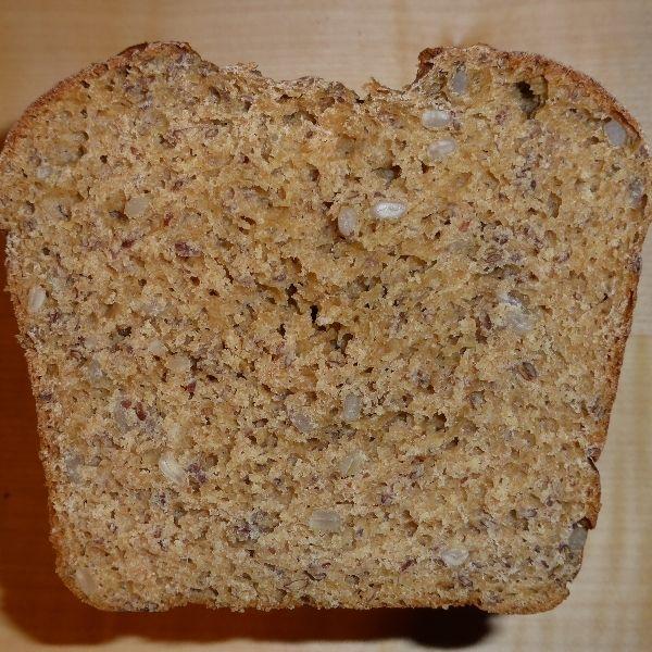 Das Lupinenmehl ist ein Eiweißspender und macht das Brot etwas lockerer. Es sollte aber höchsens 15% des verwendeten Mehls ausmachen.