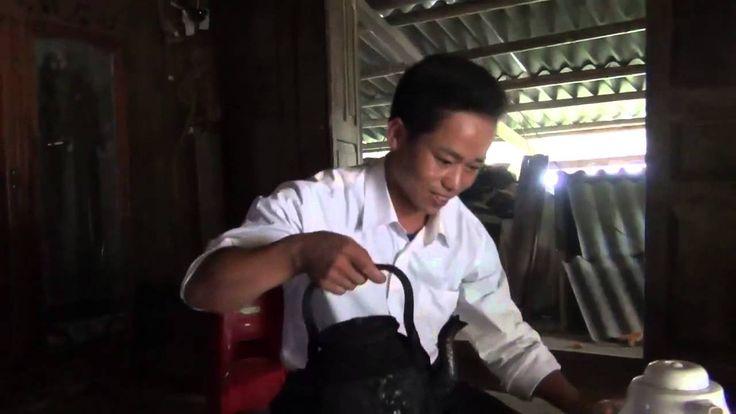 Ăn cơm trong nhà người Mông ở Yên Bái