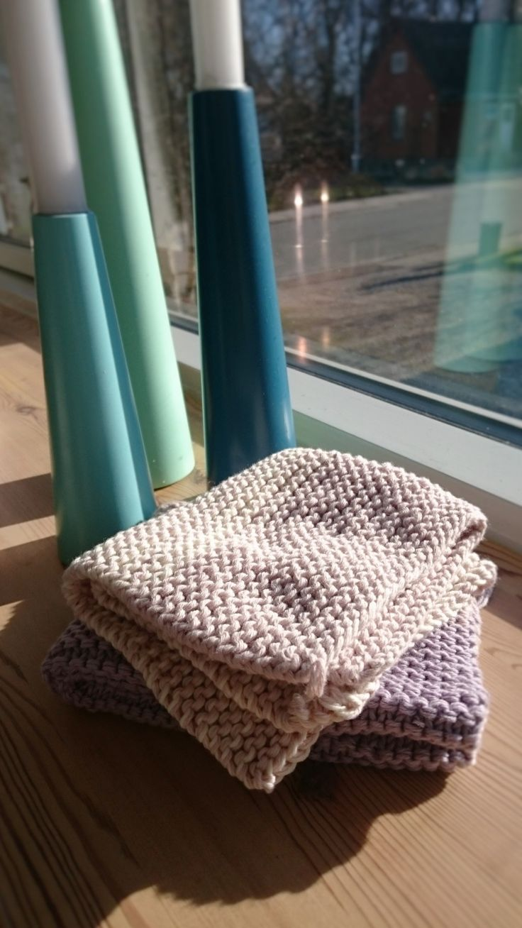 Knitted washcloth - fast and easy DIY project ideal for first time knitters and children.