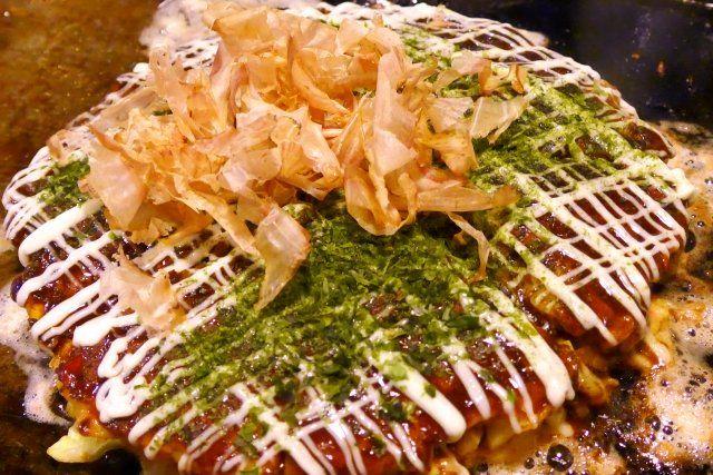 11月5日のNHKあさイチ解決ゴハン!ではコウケンテツさんによる大阪風ふんわり!お好み焼きレシピが放送されました! 番組に登場したおいしいレシピをご紹介します♪  大阪風ふんわり!お好み焼き 材料 2枚分 <生地> 小麦粉 100g だし 100ml 豆乳(無調整) 大さじ2 塩 小さじ1/2 しょうゆ 小さじ1 大和芋(すりおろす) 100g わけぎ(小口切り) 2本分 キャベツの葉 250g 桜えび(乾)・紅しょうが 各大さじ2 (どちらも粗く刻む) 卵 2個 豚ばら肉(薄切り) 8枚 サラダ油 大さじ2 マヨネーズ・練りがらし 各適量 <3種の合わせソース> ウスターソース・中濃ソース・とんかつソース 各適量 削り節・青のり 適量 作り方 1、生地を作る。 ボウルに小麦粉をざるでふるい入れ、冷ましておいただしを加えながらゆっくりと溶き全体が混ざったら豆乳を加えてさらに混ぜる。 ラップをして冷蔵庫で1時間ほどおく。 ★熱いだしを入れてしまうとダマになってしまうので注意! ★豆乳で旨味アップとふわふわ効果がアップする! ★寝かせることで生地がしっとりする。1晩でもOK…