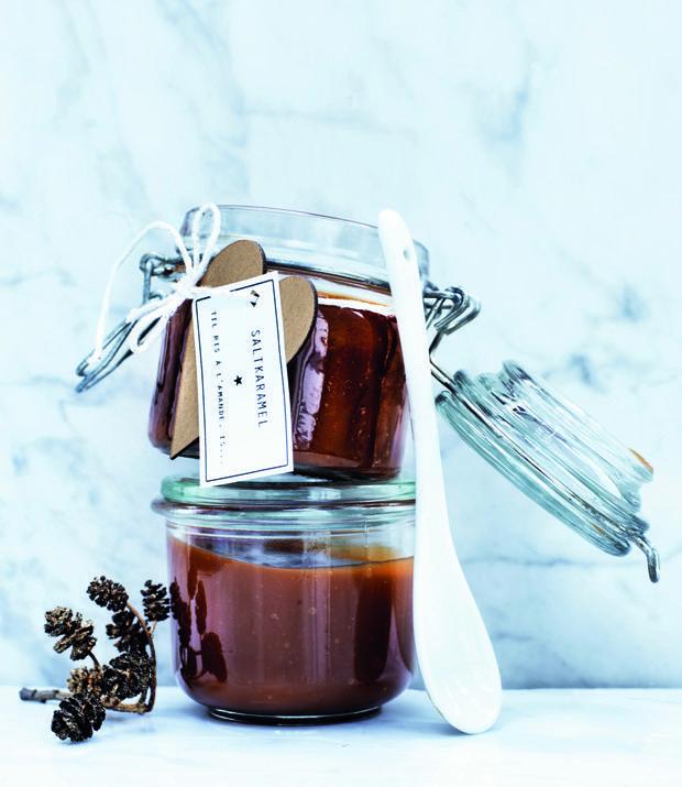 Den bedste værtindegave må være fløjlsblød hjemmelavet saltkaramel, perfekt til kager, desserter, is, risalamande eller ovenpå et ristet stykke rugbrød. Få den nemme opskrift her!