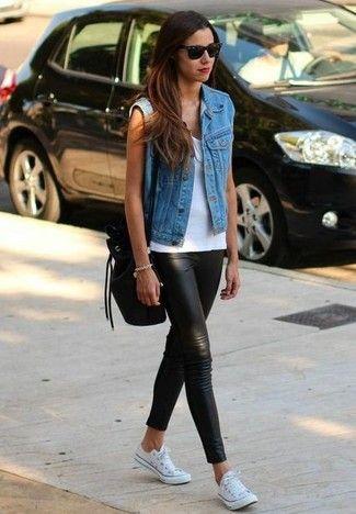 Look de moda: Chaleco Vaquero Azul, Camiseta sin Manga Blanca, Leggings de Cuero Negros, Zapatillas Bajas de Lona Blancas