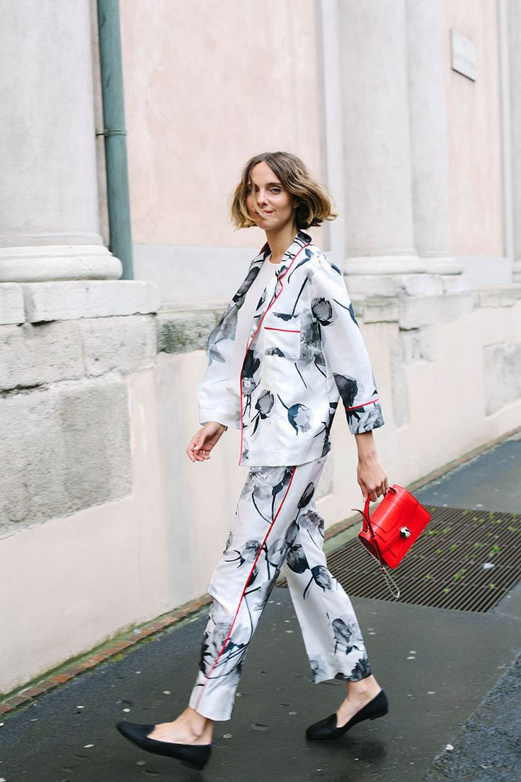 ¿NADA QUE PONERTE? Es el momento de adquirir un conjunto estampado de inspiración pijama y combinarlo con 'slippers'.