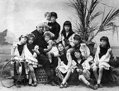 Vintage Portrait Photography of Viscount Ferdinand de Lesseps, Developer of The Suez Canal, With His Wife Louise-Hélène & Nine Children, Circa 1882.