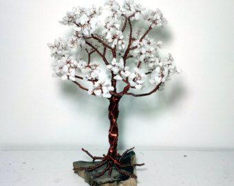 Dieser Draht Bäume wurden komplett von Hand mit Draht. Es ist ein gutes Geschenk für liebte die Menschen, die ihre Zimmer oder Schreibtisch dekorieren kann Blätter auf dem Baum - amazonite und rhodonite Steine Es gibt das Moos, Dekorsteine in der Basis. Die Baumstamm fallen Felsen  Maße: Höhe - 28 cm Breite - 31 cm  Amazonite - ein Stein von Mut und Hingabe. Grün schafft eine gute Stimmung, lindert Angst und Unsicherheit. Sie helfen, die Familienbeziehungen zu stärken und eine starke…