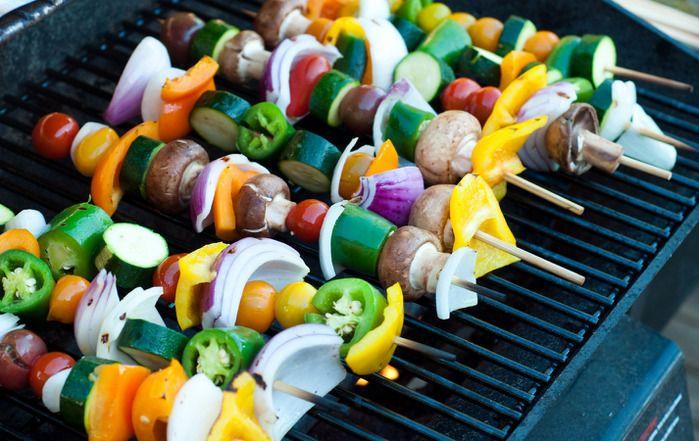 Овощные шашлыки Все привыкли к тому, что шашлыки  обычно готовятся из мяса. Но ведь не все любят мясо, да и после новогоднего застолья хочется чего-то лёгкого и необычного. Сегодня вам предлагаем приготовить овощные шашлыки. Готовятся они быстро, очень вкусные. Овощные шашлыки можно подавать как самостоятельное блюдо, а также как гарнир к основному. Рецепты для барбекю и гриль в блоге «Сага Камины»: http://www.saga.ru/blog