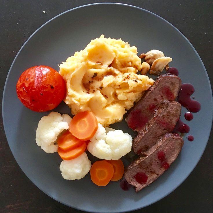 Hjortstek med potetmos og grønnsaker
