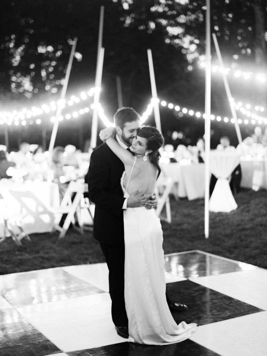 Outdoor wedding reception with lighting ideas. #weddinglighting #weddingreception #weddingchicks Venue: Frank Lloyd Wright's The Gordon House ---> http://www.weddingchicks.com/2014/04/24/the-gordon-house/