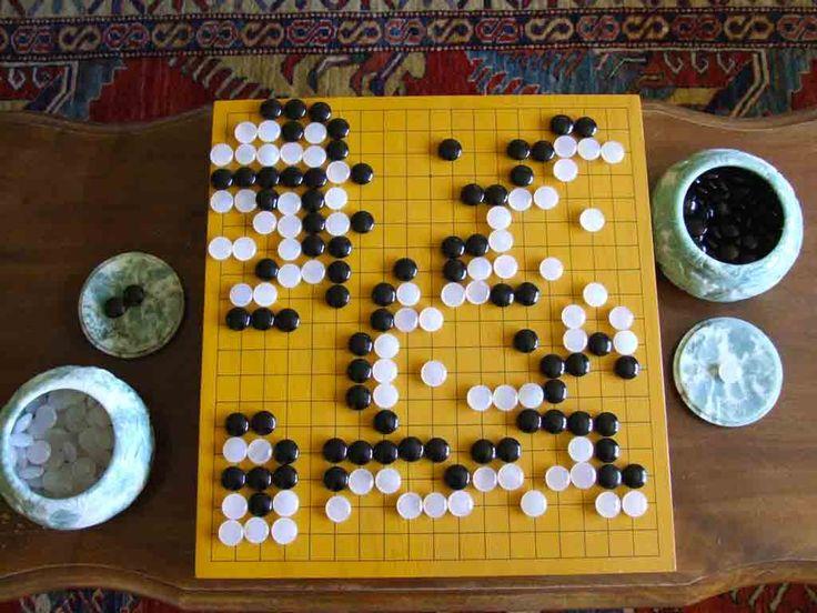 Go: gioco che si diffonde in Tibet, Cina e Corea. Il fine del gioco è quello di circondare il maggior numero possibile di incroci dei 361 iniziali. Le pietre una volta giocate non possono mai essere spostate, e si possono porre ovunque sulla scacchiera, tranne in aree ove sarebbero immediatamente prive di libertà.