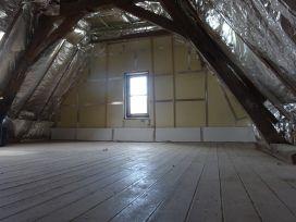 West-Vlaanderen. Geschickt als tweede verblijf. 20 minuten van de kust. Zolder kamer. Te veraderen in extra slaapkamer. Vergezicht over de velden.