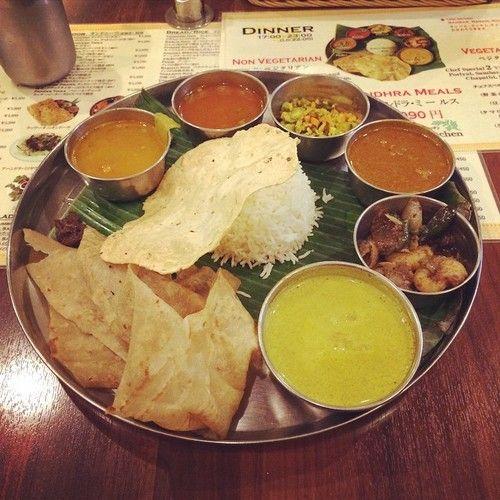 アーンドラ・ミールス(ノンベジ)。カレー(チキン、エビ、羊肉)、ボリヤル、サンバル、ラッサム、チャパティ、パパド、パスマティライス、ピクルス。久し振りに来たが美味しかった。#カレー #curry #インド料理 #ミールス (アーンドラキッチン)