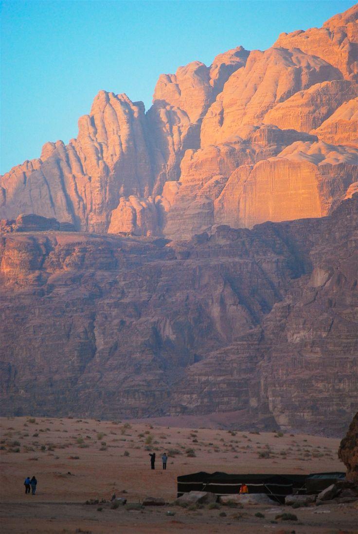 Wadi Rum, também conhecido como O Vale da Lua é um vale cortado no arenito e rocha de granito, no sul da Jordânia de 60 km ao leste de Aqaba. É o maior Wadi da Jordânia. O nome Rum mais provável vem do aramaico que significa 'alto' ou 'elevado'.