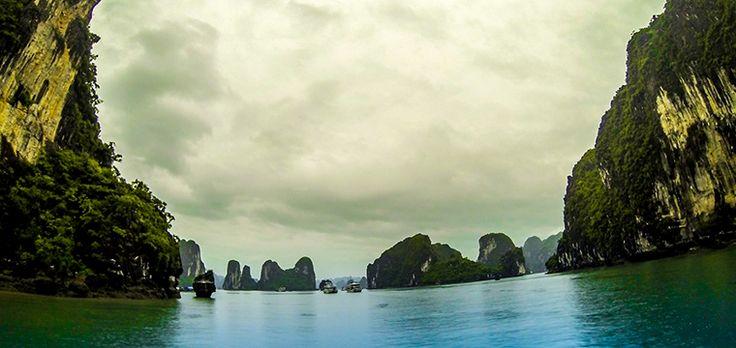 Ha Long bay es quizás una de las bahías más bonitas del mundo, cientos de escarpados islotes haciendo equilibrios imposibles en el mar del norte de Vietnam. #vietnam #viajar #halongbay  http://vietnam.stickyrice.co/ha-long-bay/ Vịnh Hạ Long (Ha Long Bay) en Thành Phố Hạ Long, Tỉnh Quảng Ninh
