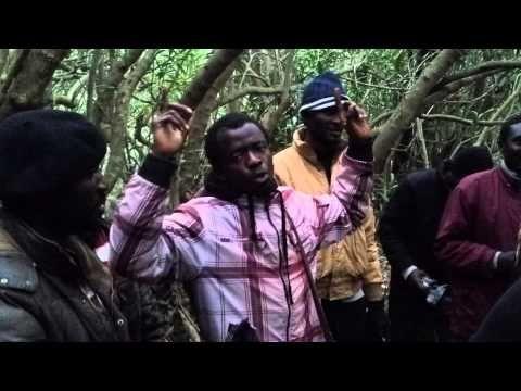 Esclavitud contemporánea: Inmigrantes cantan en el monte cercano a la frontera de Ceuta.
