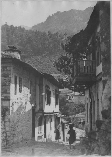 Opérateur K (code armée, photographe) Grèce ; Macédoine orientale et Thrace ; Ile de Thassos ; Potamia Positions dans l'île de Thassos (juillet 1916). Dans le village. Date prise vue 1916.07.08