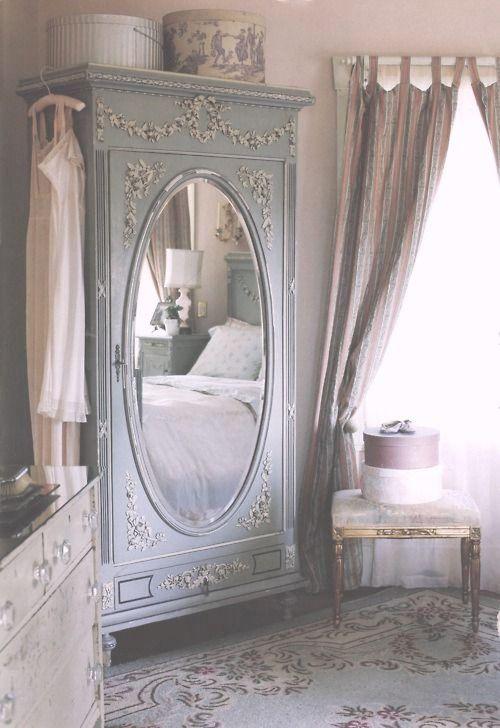 Svulstigt, magnifikt och rejält med tyg. Ett sovrum i fransk stil sparar inte på krutet när det kommer till att ta ut svängarna. Gardiner, kuddar, mattor, täcken, mönster och överkast, det är mycket av allt. Ett franskt sovrum är ombonat och vackert. Ett sovrum man vill vara i helt enkelt.