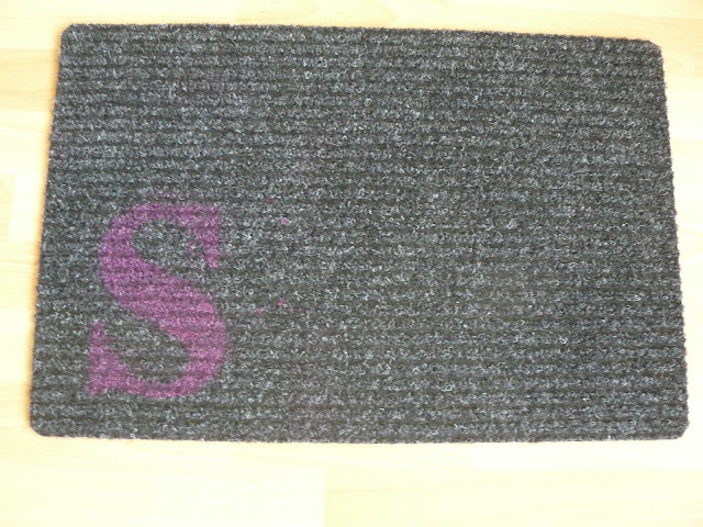 DIY-Home: Schablonen ganz leicht selbst herstellen Fußmatte mit Monogramm