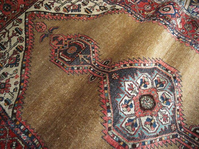 Handgeweven Iraanse antieke mooie zeer goede conditie zonder gebreken zoals in foto's Dit tapijt is geweven in de provincie Azerbeidzjan in noordwest Perzië. Deze tapijten hebben geometrische patronen, met verschillende Kaukasische invloeden De dichtheid van het weven van ca. 160 000 knopen per m²