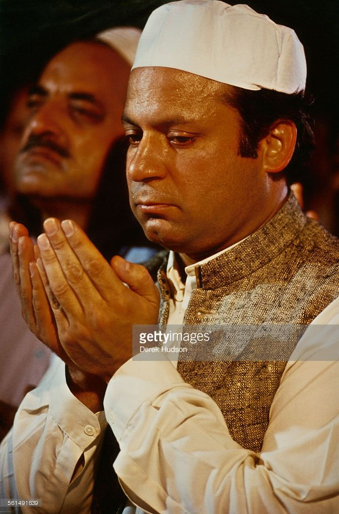 Nawaz Sharif, leader of the Islami Jamhoori Ittehad or Islamic Democratic Alliance (IJI or IDA), participates in friday prayer at the Badshahi Mosque in Lahore, following his victory in the Pakistani General Election, Pakistan, 26th October 1990.