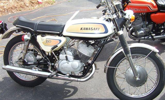 Moto Kawasaki 350 avenger moteur bicylindre deux temps, 42ch, graissage séparé Injectolube, 1971. Kawasaki moto, Kobe, Japon.