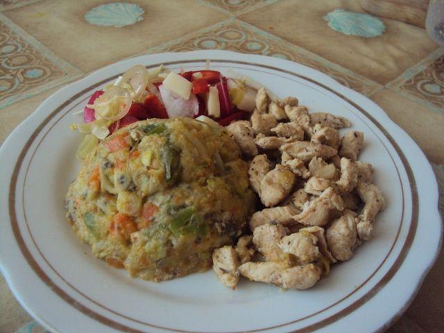 Zeleninova kaša s marinovanym mäsom a salatom (paleo primal)