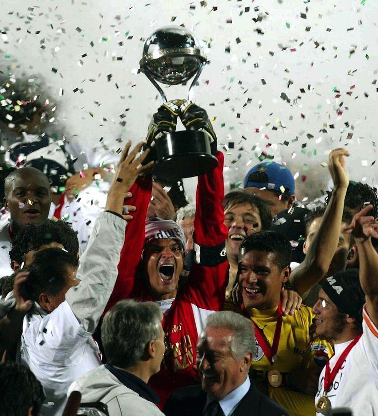 """Pachuca, el equipo de México Nadie prestó mucha importancia al Pachuca en aquella Sudamericana, la final de ida incluso dejó un mal sabor de boca en la afición, sin embargo, la afición mexicana confiaba en los Tuzos y estos no defraudaron. Pachuca se fue abajo en el marcador y con toda una fiesta preparada en Chile, un gol de Gabriel Caballero y Christian Giménez levantaron el grito de campeón en todo México. """"Se cortó la racha esa de que México no ganaba nada"""" aseguró tras un vibrante…"""