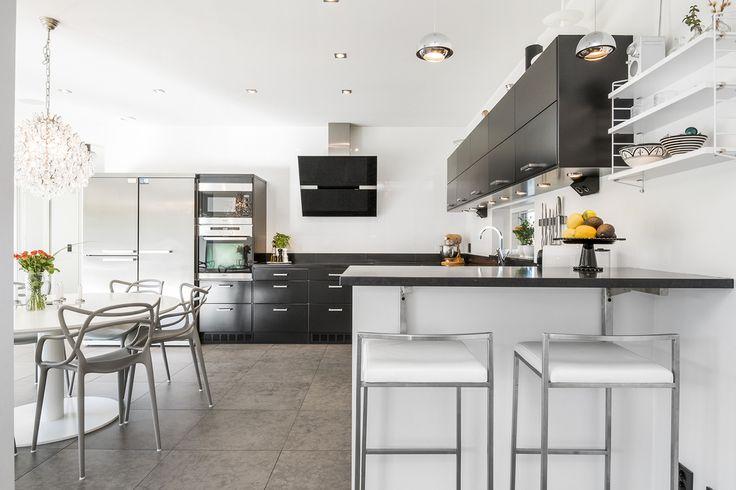 Snyggt kök från Ballingslöv med bra arbetsytor och gott om skåp samt en trevlig bardel mot vardagsrummet. Kökslucka: Solid svart | Ballingslöv