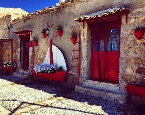 Porte colorate Isola di Marzamemi - Coloured doors in #Marzamemi ph Simona…