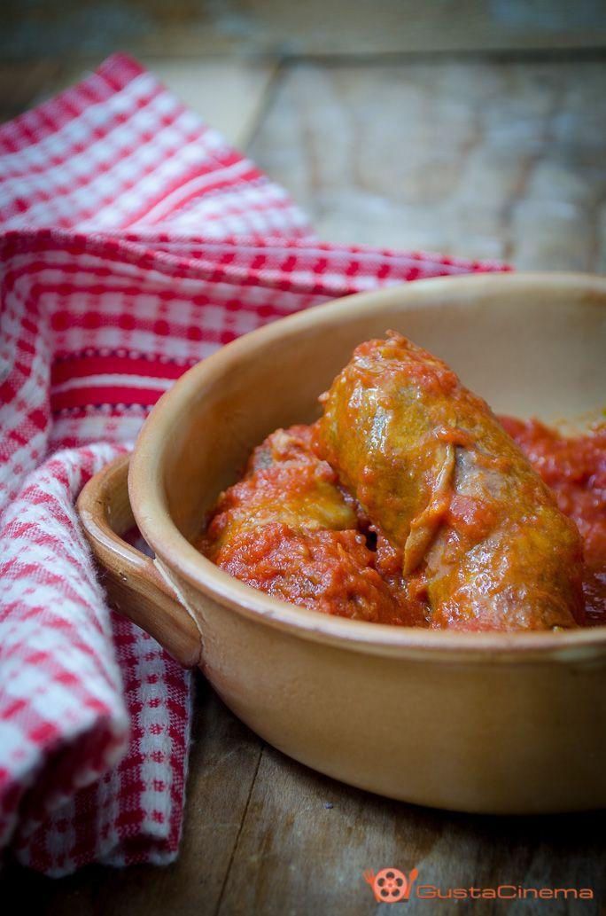 Salsiccia al sugo un secondo piatto saporito, Una ricetta facile e veloce. Il sugo di pomodoro può essere utilizzato anche per condire la pasta.