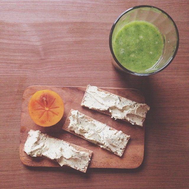 """""""Сегодня у нас на завтрак - свежевыжатый сок из шпината и яблок и криспы с мягким сыром, который накануне сделал мой муж #VSCOcam #breakfast #handmadefood…"""""""