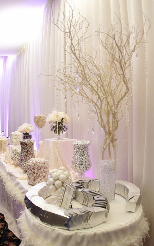 Vase with spray painted branches. Un candy bar version silver candy #wedding #candybar http://www.mariageenvogue.fr/s/31703_191187_-50-bonbons-just-married-gris