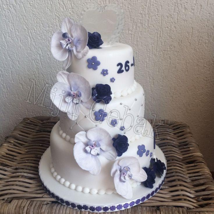 Bruidstaart met paarse orchideeën