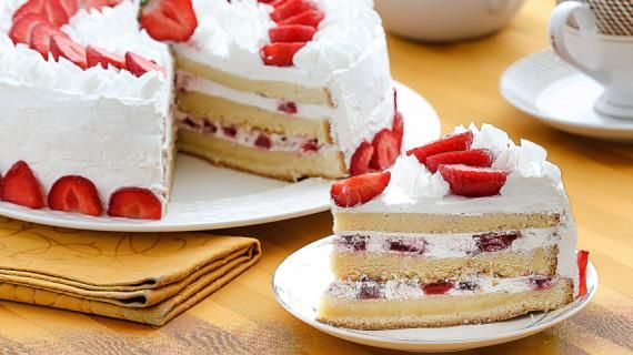 Бисквитный торт с клубничным кремом. Пошаговый рецепт с фото, удобный поиск рецептов на Gastronom.ru
