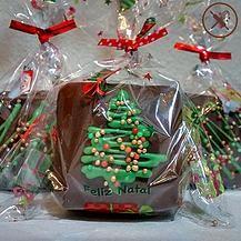 Pão de mel recheado com doce de leite e coberto com chocolate com decoração de árvore de natal