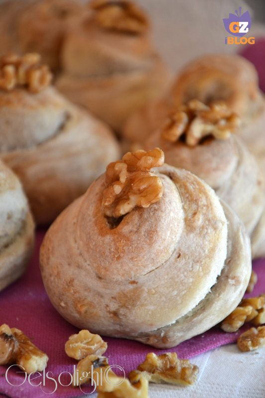 Panini alle noci, con pasta madre, deliziosi da portare a tavola, ottimi con formaggi freschi o stagionati.