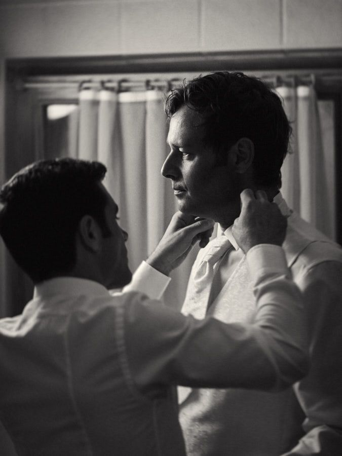 Mariage à Crans-Montana en Valais -  Préparation du marié #wedding #switzerlandwedding #mariagesuisse #photographemariage #photographemariagesuisse #mariagevalais