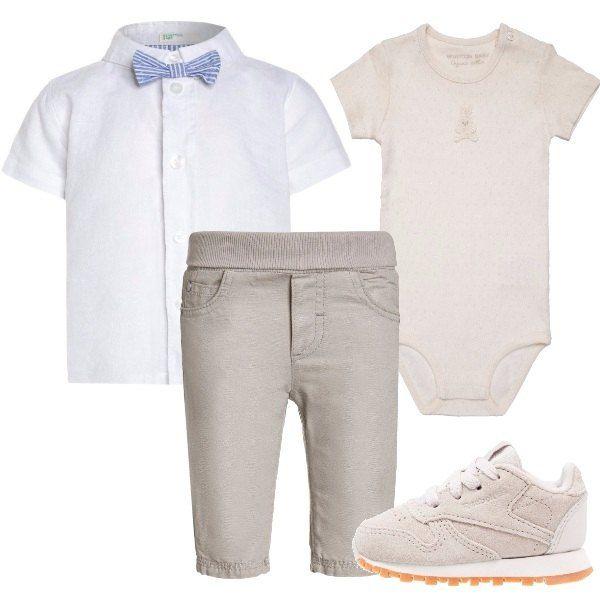 Body maniche corte beige, camiciotto bianco maniche corte con simpatico papillon a righe, pantaloni beige con elastico in vita, scarpine primi passi beige.