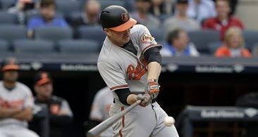Mark Trumbo bateó un sencillo productor de la carrera de la victoria contra Bryan Mitchell, quien regresó al montículo después de un inusual inning en la primera base, y los Orioles de Baltimore vencieron el domingo 7-4 a los Yanquis de Nueva York en 11 entradas.