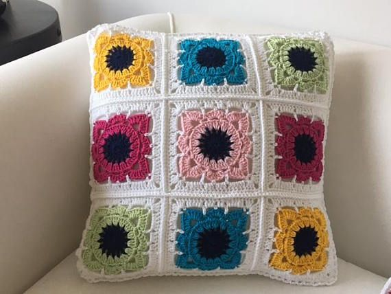 Crochet pillow case - 50% Cotton, 50% Acrylic - Machine Wash (w. cold water, at a low speed) - Not suitable for the drying machine - The pillow is not included - Size: 40x40 cm