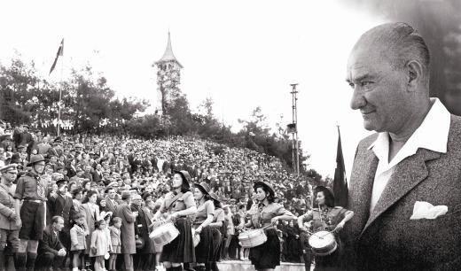 İzmit'te Milli bayram coşkusu... Saat Kulesi önünde toplanan İzmit halkı ve tören alanına giren izciler bandosunun trompet çalan kız öğrencileri. 23 Nisan 1944