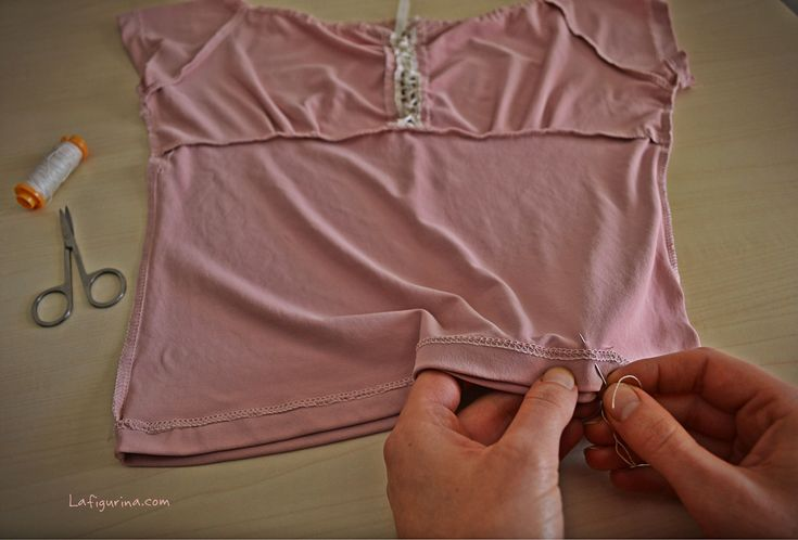 Girate la magliettina al contrario e cucite il bordo... www.lafigurina.com
