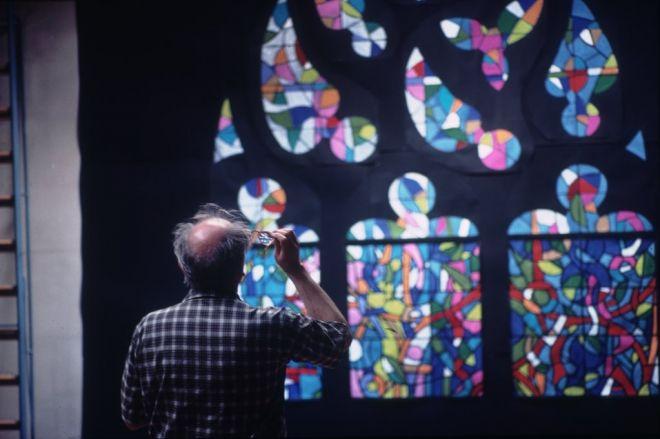 Sergio de Castro devant les remplages de l'arbre de Jessé, vitraux pour la Collégiale de Romont (Suisse).   Source: www.sergiodecastro.org