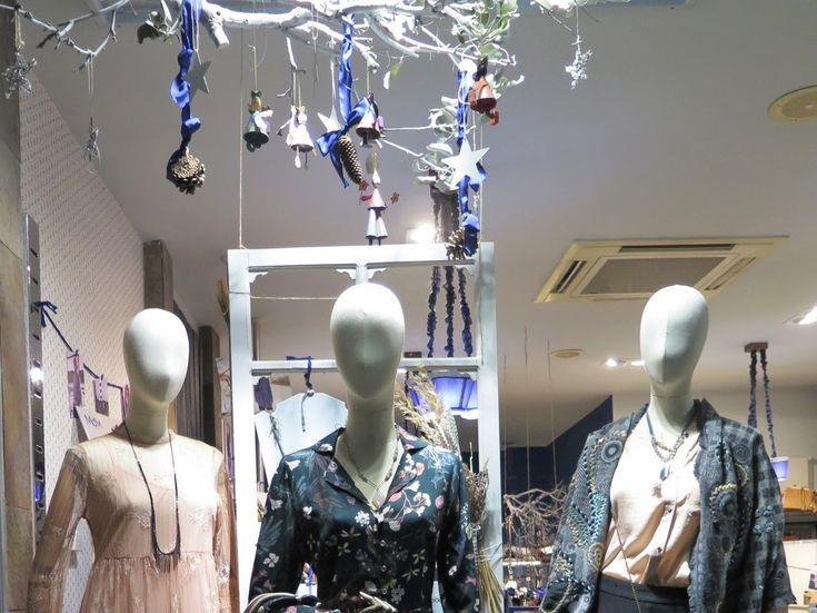 Último escaparate de 2017 con propuestas para Nochevieja. Un vestido con print floral sobre fondo verde de Md'M, otro de encaje en color rosa empolvado y un conjunto de pantalón estilo palazzo en negro con blusa salmón.  Recuerda que mañana estamos abiertos de 10,30 a 14,30 y de 17,30 a 21,00 horas. ¡Te esperamos! #streetstyle #looknochevieja #navidad2017 #modamujer