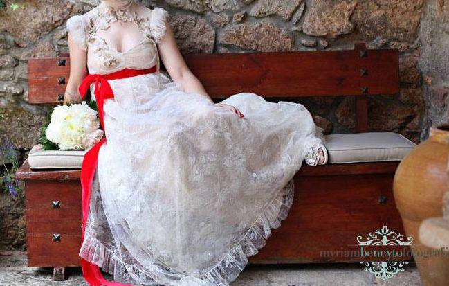 ¡Nuevo vestido publicado!  Josep Font mod. 224. Lazo rojo ¡por sólo 2800€! ¡Ahorra un 30%!   http://www.weddalia.com/es/tienda-vender-vestido-novia/josep-font-mod-modelo-224-lazo-rojo/ #VestidosDeNovia vía www.weddalia.com/es