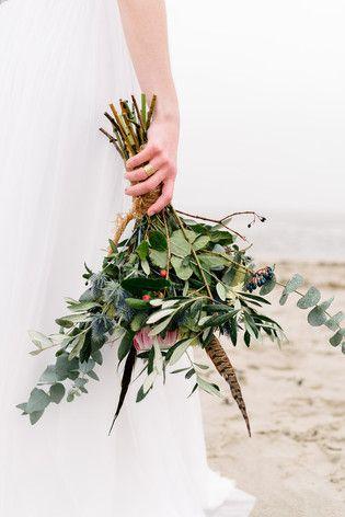 lockerer Boho Brautstrauß mit viel Grün, Eukalyptus, blauer Distel und Protea…