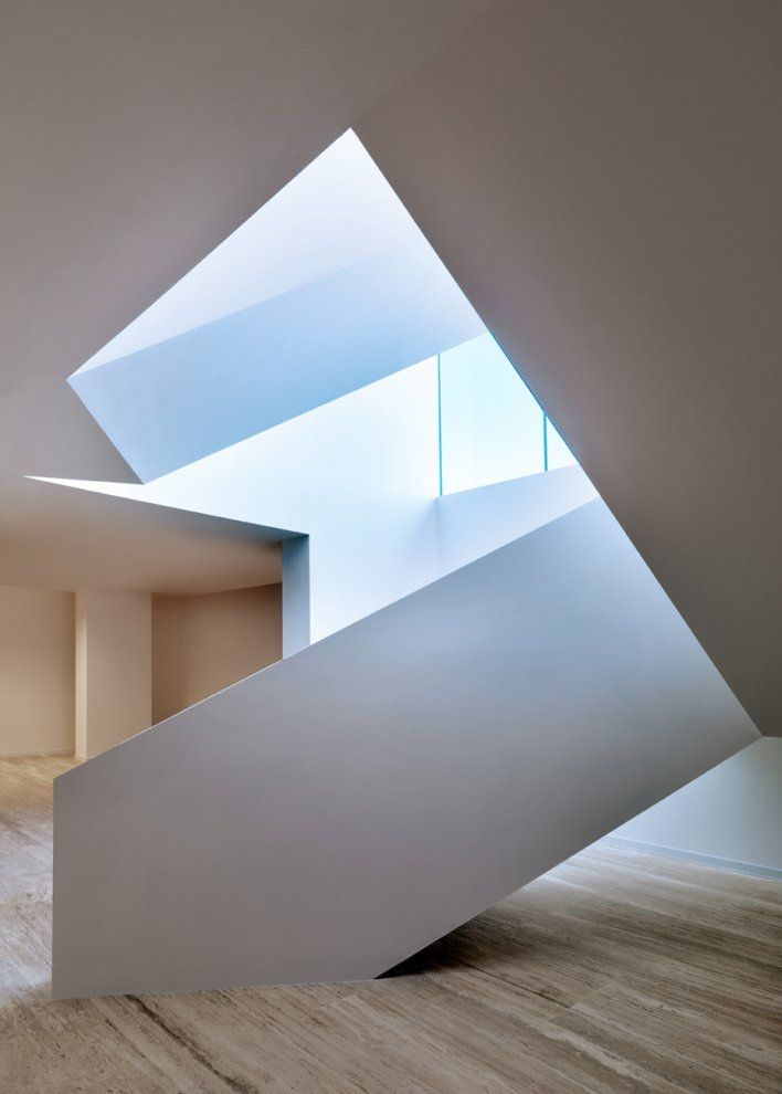 Interesante forma de escalera y buena fotografia...Lights, Bentini Headquarters, Design Room, White Spaces, Stairs Land, Interiors, Modern Industrial, Architecture Details, Apartments Design