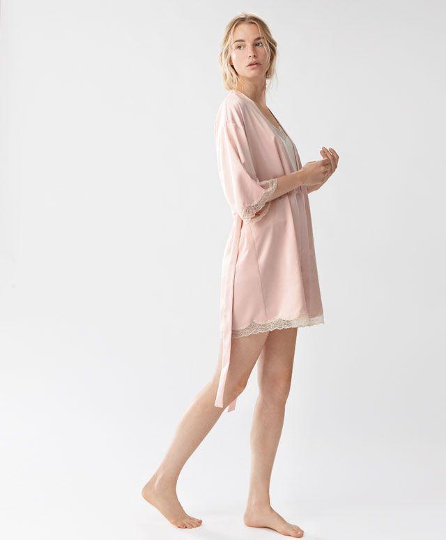 Robe de chambre rose satiné et dentelle - Robes de chambre - Tendances printemps été 2017 en mode femme chez OYSHO online : lingerie, vêtements de sport, pyjamas, bain, maillots de bain, bodies, robe de chambre, accessoires et chaussures.
