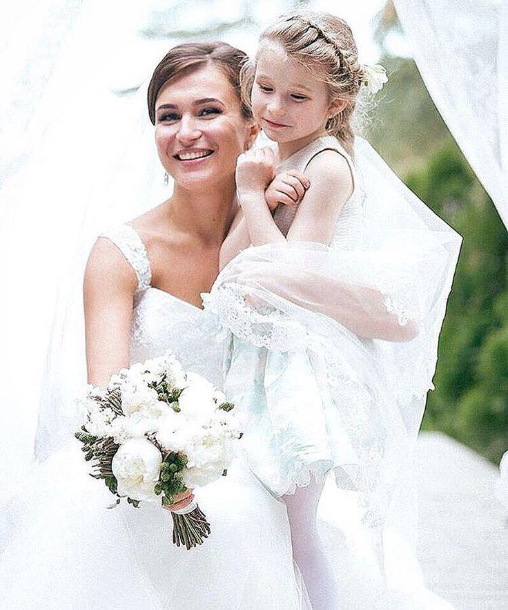 Белый свадебный букет невесты из белых пионов с ежевикой и сиренью White peonies and green berries wedding bridal bouquet