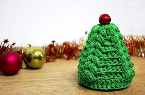 """Diesen Weihnachtsbaum kann man in 10 Minuten häkeln. Er sieht nicht nur schön aus, sondern steht auch von alleine und braucht dabei keine Stütze. Die schönen """"Zöpfe"""", die sich auf dem Baum abzeichnen, imitieren die Tannenbaumäste. Den Baum können S"""